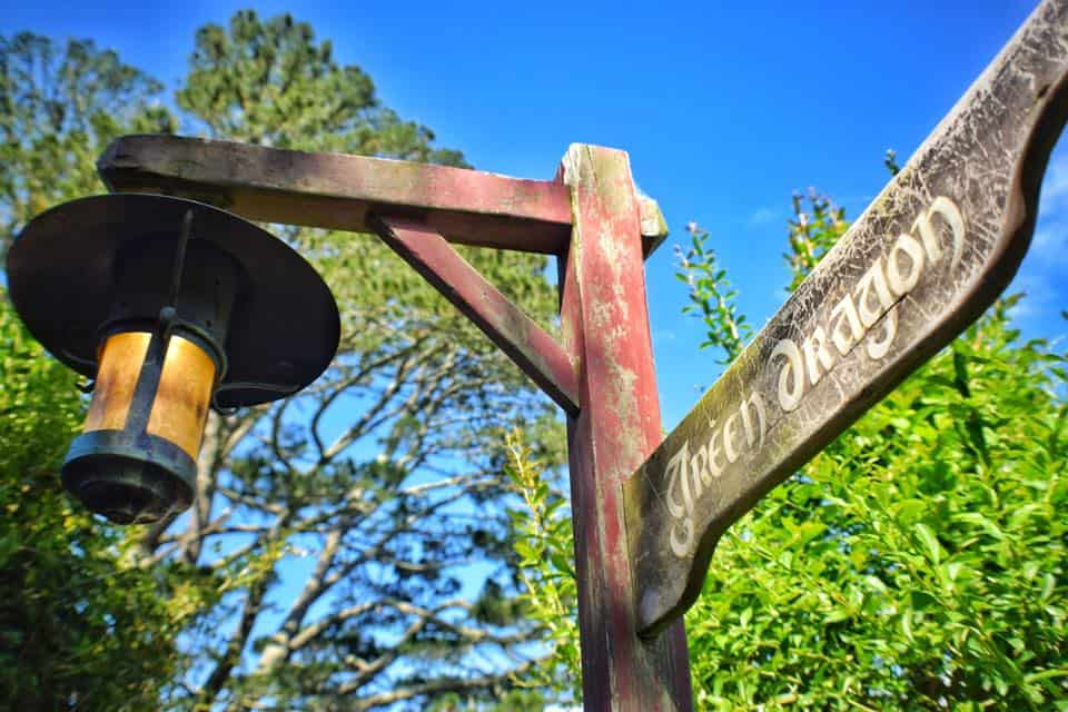 sign pointing towards the Green Dragon pub in the Hobbiton movie